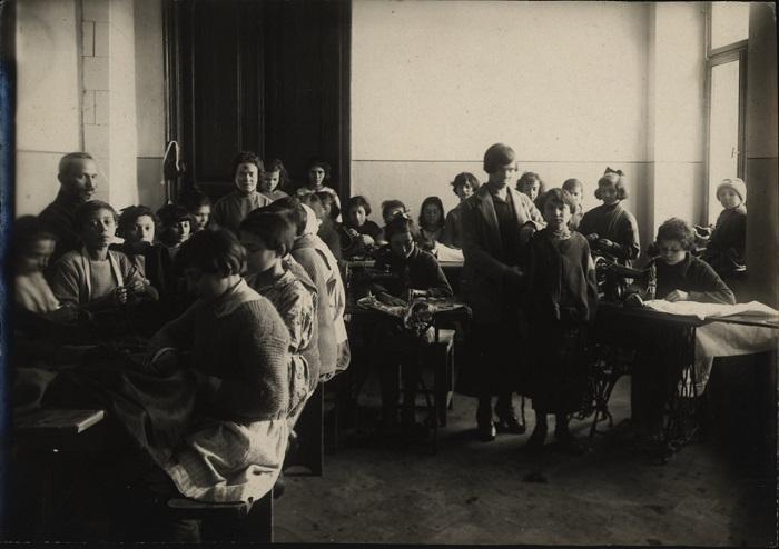 Обучение подростков швейному делу, 1922 год.