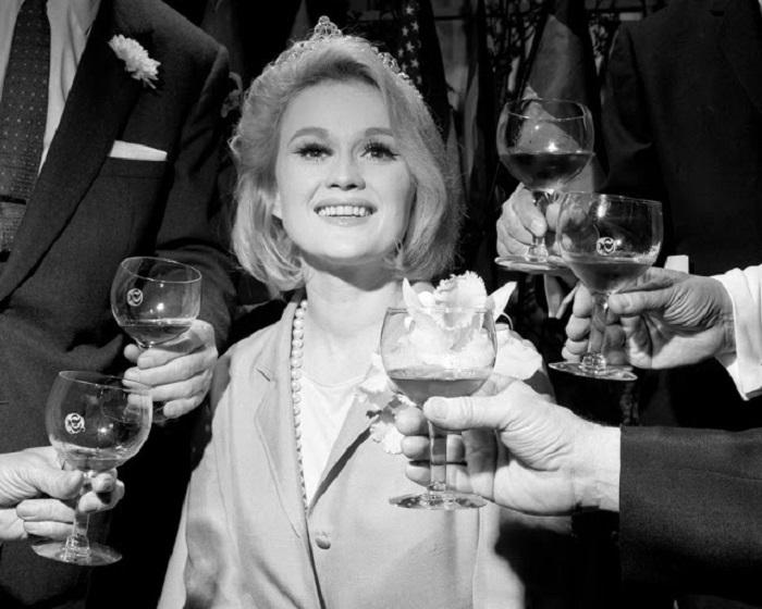 Актриса Паула Уэйн получила свою корону вместе с титулом «Майской винной королевы».